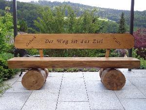 Gartenholzer Holzskulpturen Gartenwart Holzbänke
